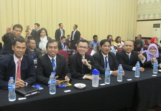 Ir. Erfiansyah (Pearl Executive) dan Mr. Erwin Dumalang (GM Synergy WorldWide Indonesia) di Meeting Grup saat rehat Training.